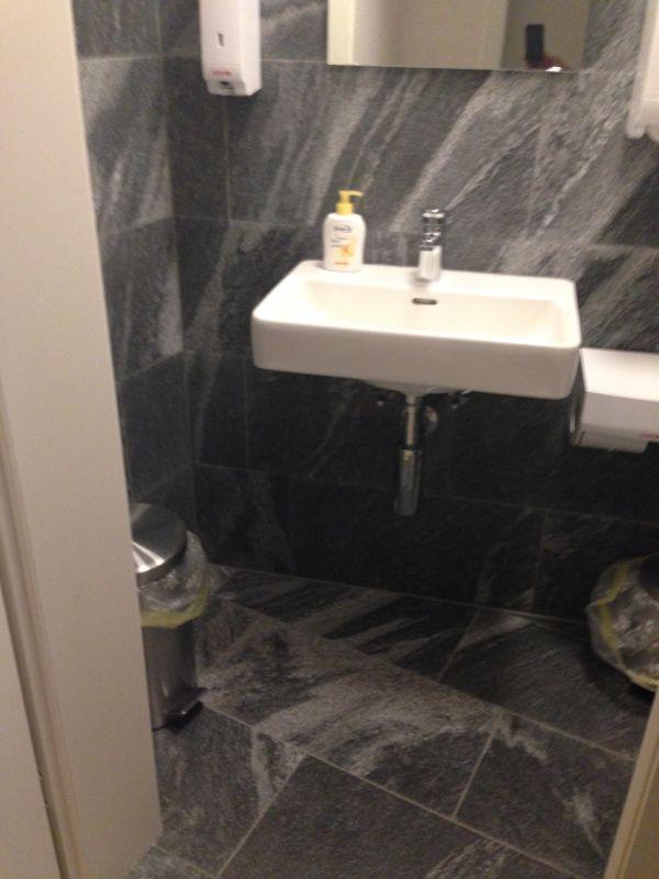 Lavabo in der Toilette des Weinkeller