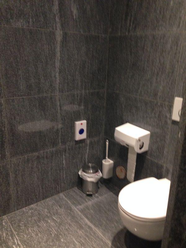 Toilette im Weinkeller