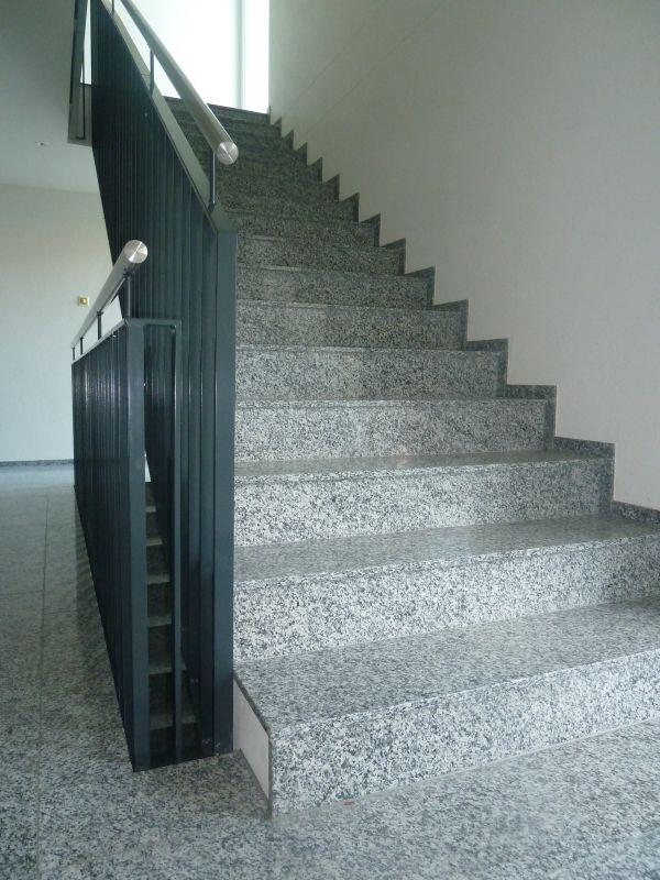 Treppe im Treppenhaus mit Steinstufen