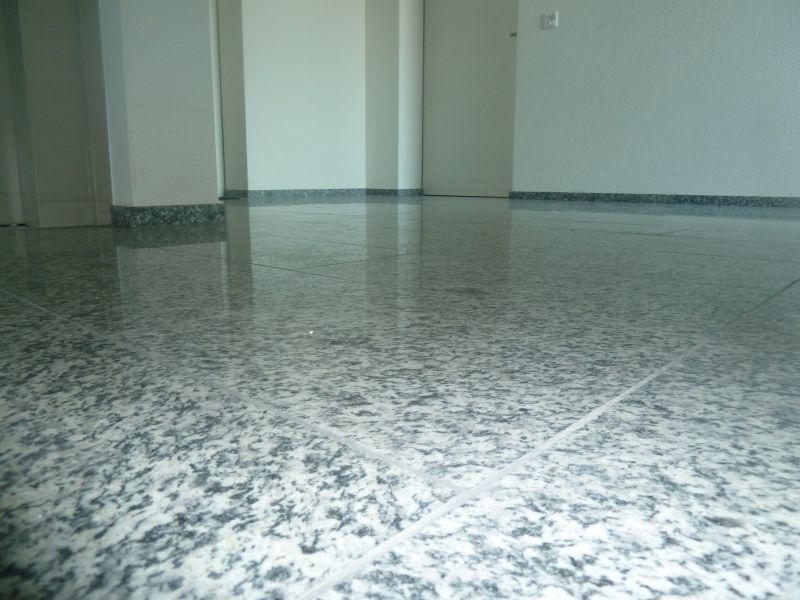 Boden im Treppenhaus mit Steinplatten