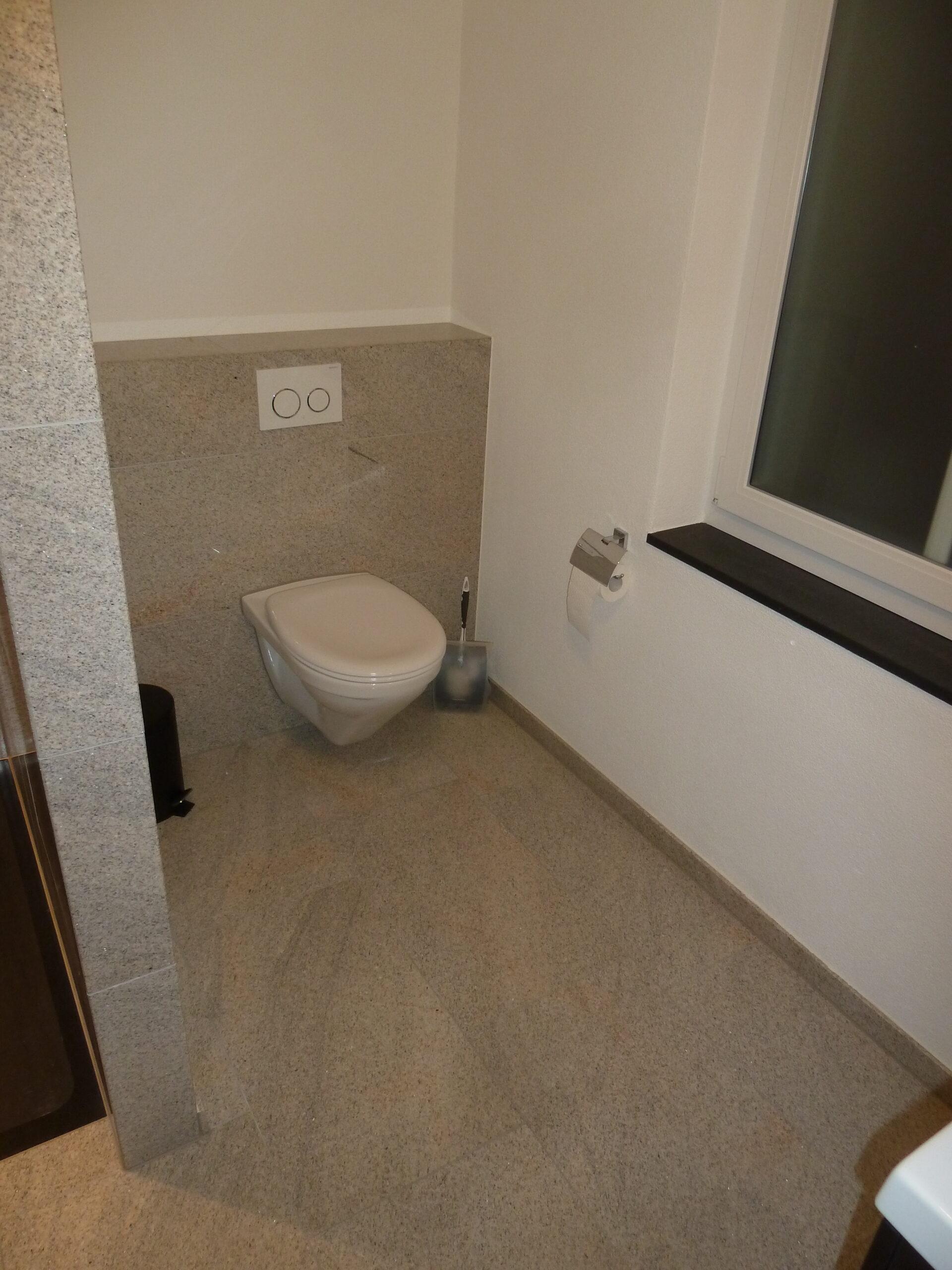 Badezimmer mit Trennwand   Zuckschwerdt Natursteinwerk AG